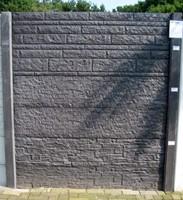 Betonschutting 12x12, 6 enkelzijdige motiefplaten, hardhouten deksloof, antraciet beton, per 0,96 m-1