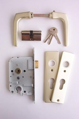 cilinderslot gemonteerd op deur met stalen frame