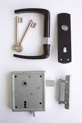 oplegslot gemonteerd op deur op stalen frame